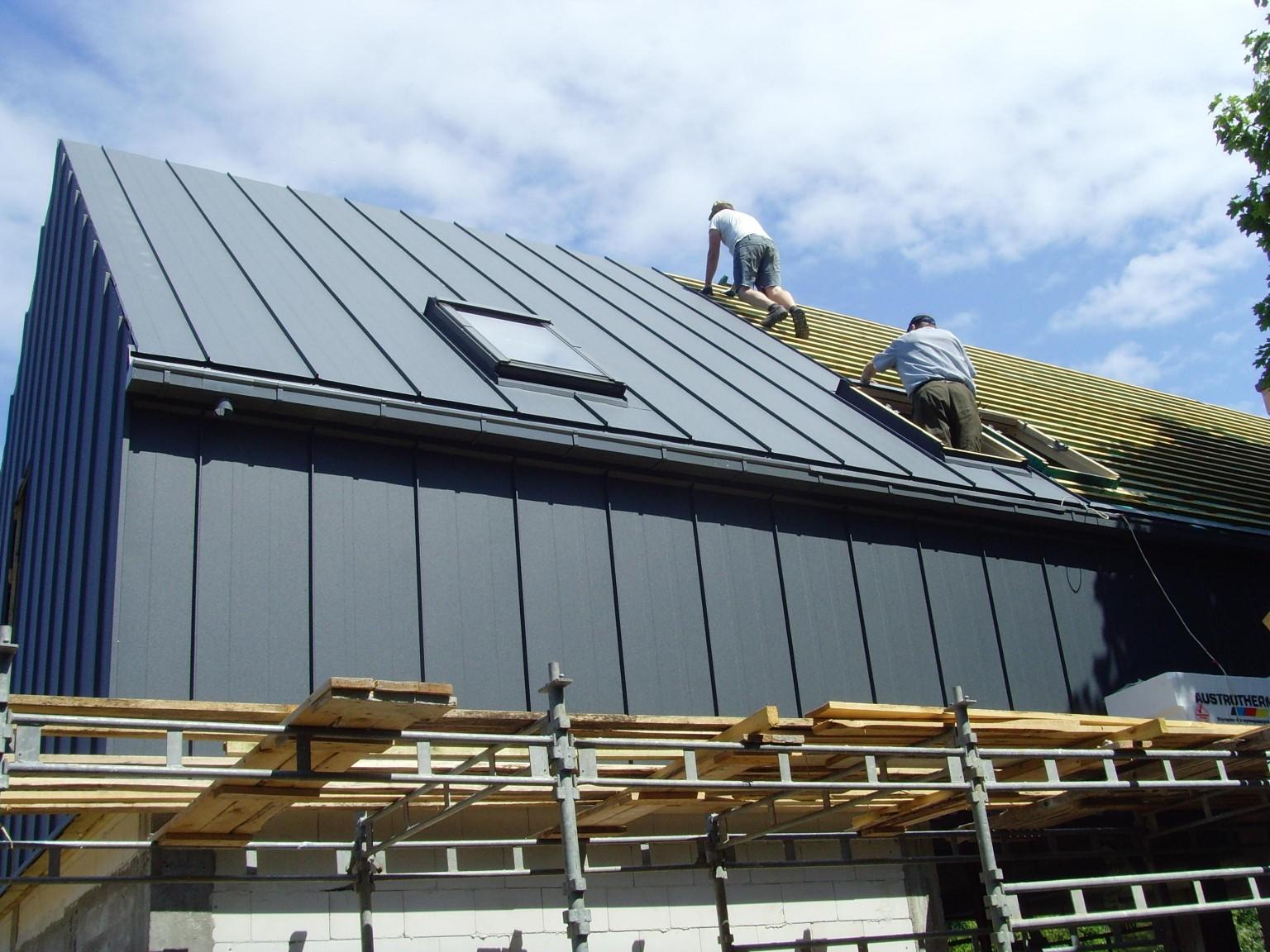 wykonywanie pokrycia dachu